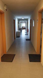 Fluransicht möblierte Zimmer der Zimmervermietung Teltow